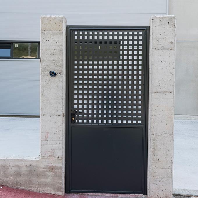Puerta batiente peatonal