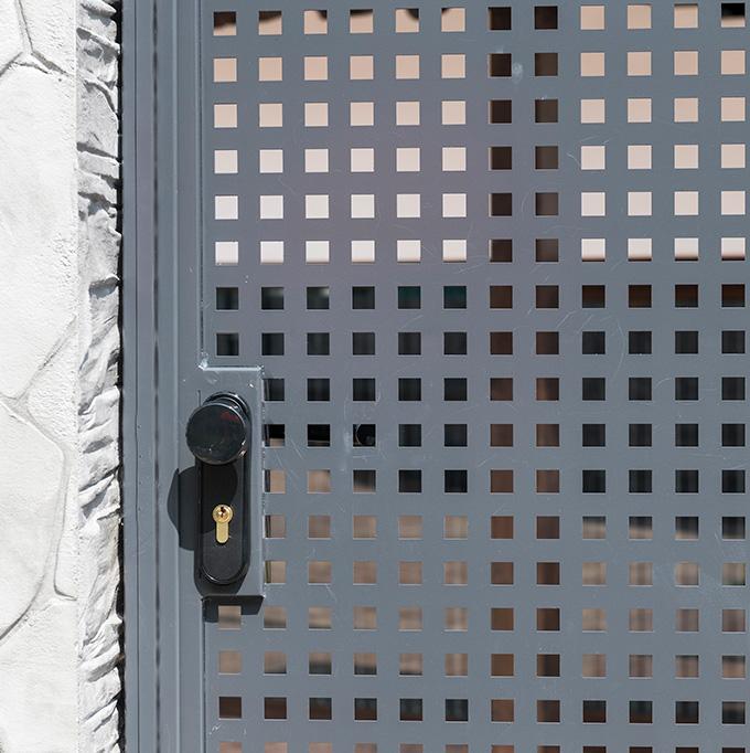 Puerta batiente residencial