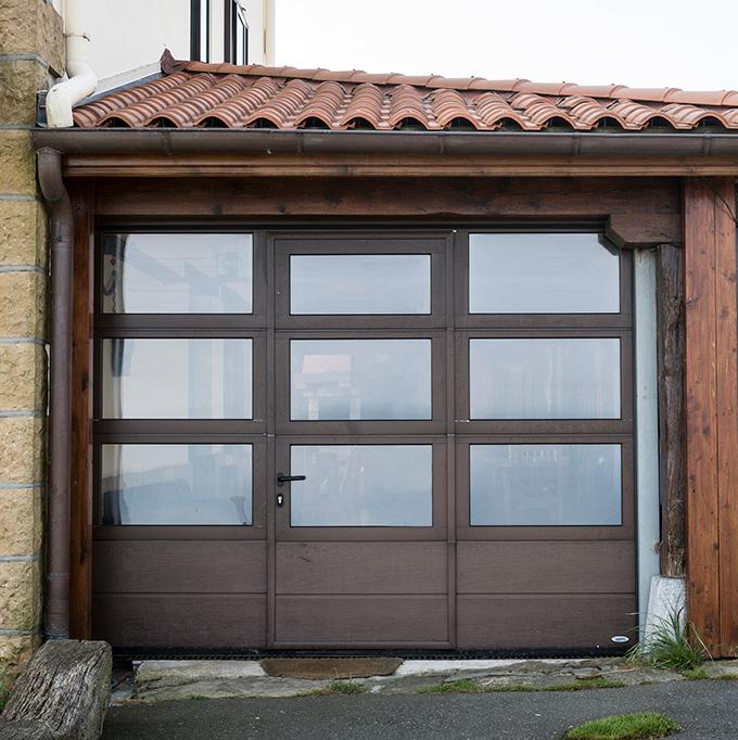 Puerta seccional de garaje y residencial